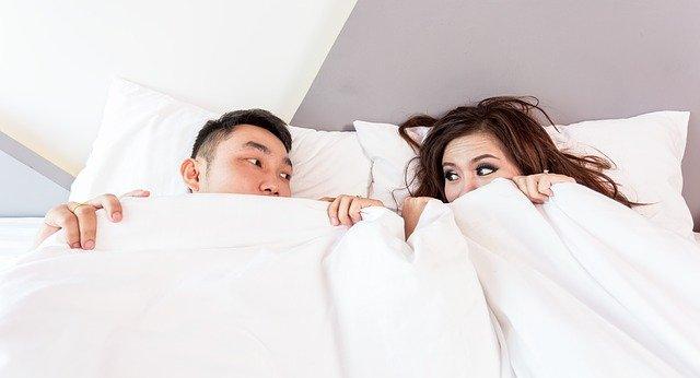 枕 ベッド セックス